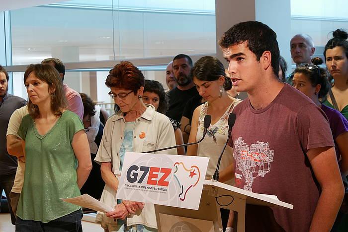 G7EZ plataformako kideak, gaur, Irunen egindako agerraldian. /