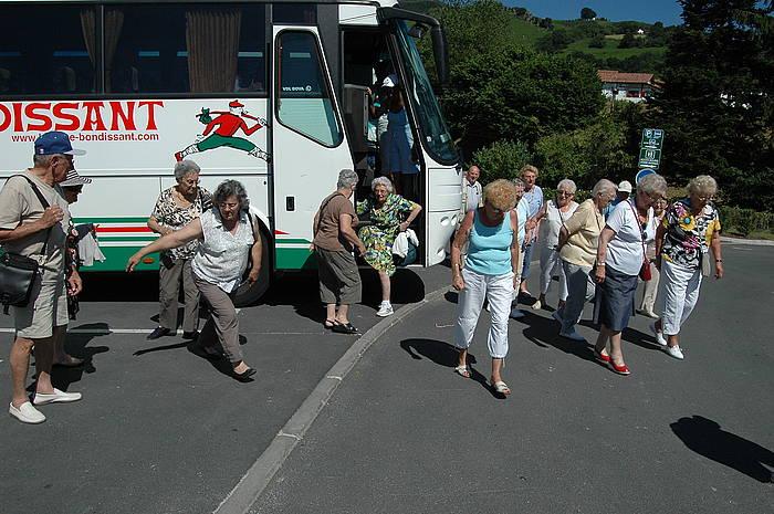 Turista talde bat, Basque Bondissant konpainiaren autobus batetik jaisten, Lapurdin. / ©Nora Arbelbide