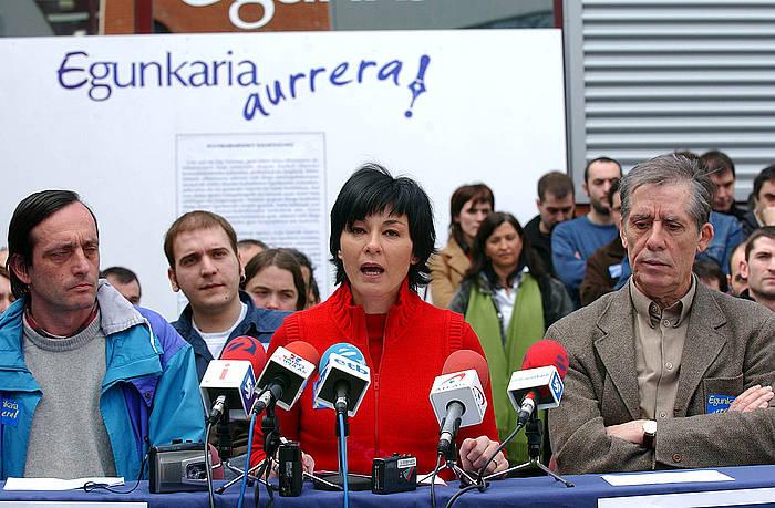 'Euskaldunon Egunkaria'-ren itxiera salatzeko kazetarien agerraldia, 2003ko martxoan. Ferrer, ezerretan. ©Andoni Canellada, Foku