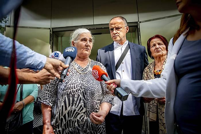 Srebrenicako Amak platafrmako kide bat, auzitegien kanpoaldean, Hagan. /