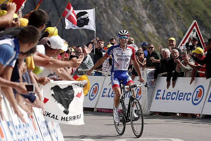 Thibaut Pinot, Tourmaleteko gainean, etapa garaipena ospatzen. ©YOAN VALAT, EFE