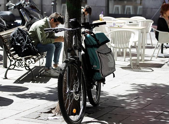 Deliveroo enpresa banatzailearen bizikleta bat, artxiboko irudi batean. ©Carlos Perez / EFE