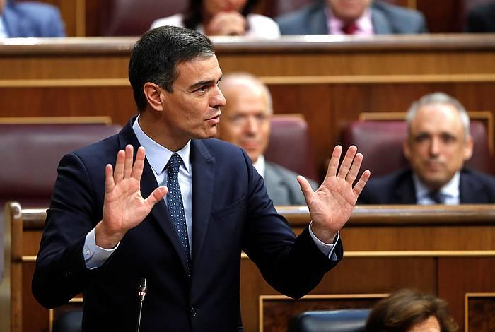 Pedro Sanchez PSOEko presidentegaia, gaur, Espainiako Kongresuan, bere inbestiduraren eztabaidarako saioan.