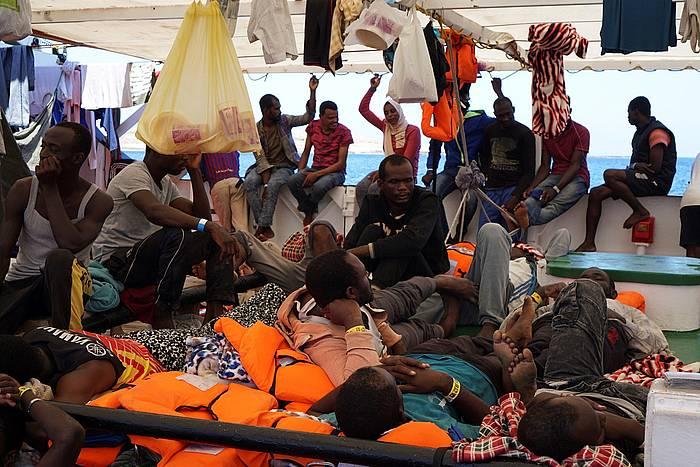 'Open Arms' ontziko migratzaile talde bat, atzo, Lampedusa pareko uretan, portu seguru batean lehorreratzeko baimenaren zain. ©Francisco Gentico, EFE