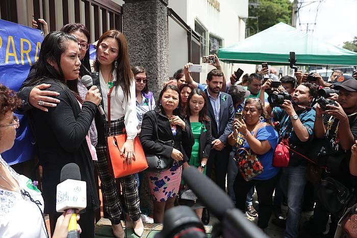 Evelyn Hernandez, babestera joan zaion jendeari hizketan, epaia ezagutu eta gero.
