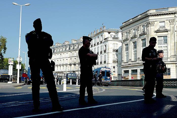 Polizia, Baionako kaleetan. / ©Frederic Scheiber, EFE