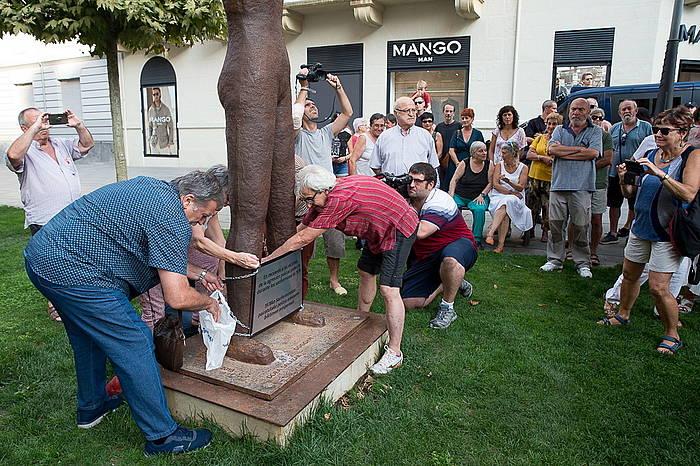 Ekitaldia egin dute Gogoan monumentuaren aurrean, hari plaka berriro jartzeko.