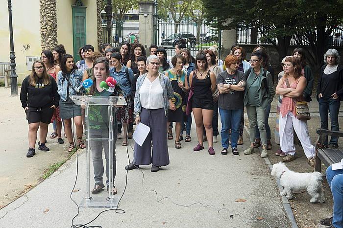 Emakume feminista, ezkertiaretaindependentistak gaur Donostian egindako agerraldian.