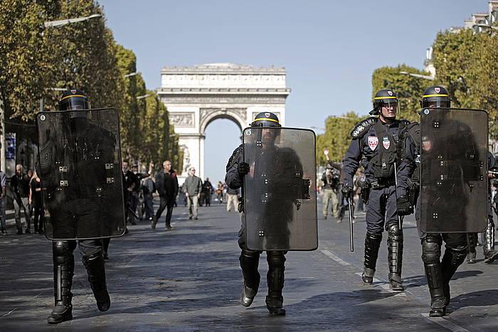 Frantziako polizia batzuk, Eliseoko Zelaietan. ©EFE