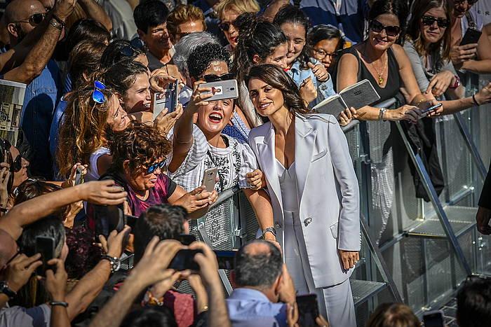 Penelope Cruz zaleekin argazkiak egiten, gaur goizean, Donostiako Zinemaldiko alfonbra gorrian. ©Gorka Rubio / Foku
