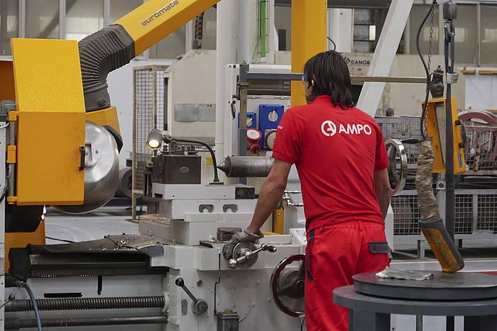Langile bat lanean, Ampo kooperatibaren mekanizazio plantan, Idiazabalen (Gipuzkoa). ©AMPO