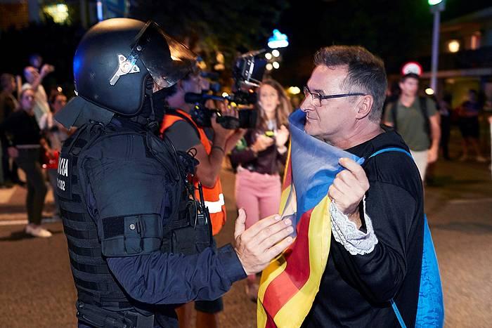 CDRetako kide bat, Espainiako polizia baten aurrean, protesta batean pasa den astean. ©Alejandro Garcia, EFE