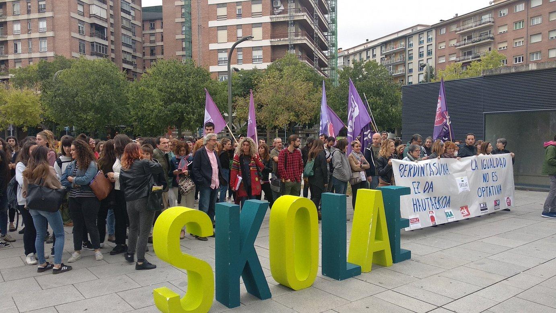 Dozenaka pertsona elkartu dira Nafarroako auzitegiaren aurrean, protesta egiteko.