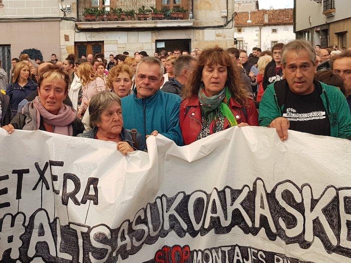 Altsasuko gazte auzipetun gurasoak, Altsasun gaur egin duten manifestazioaren buruan.