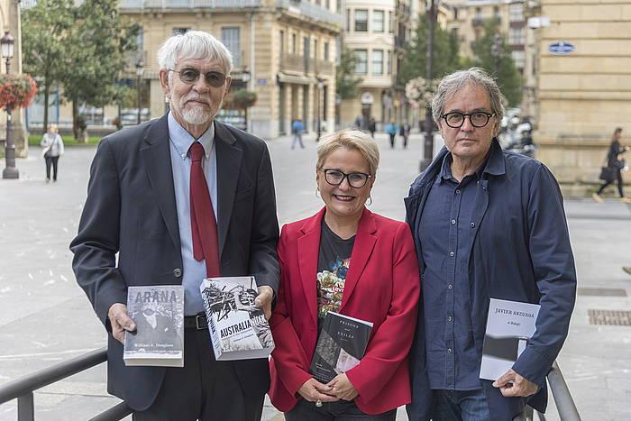 William Douglass, Mari Jose Olaziregi eta Ruper Ordorika, liburuen aurkezpenean, gaur, Donostian. / ©Andoni Canellada, Foku