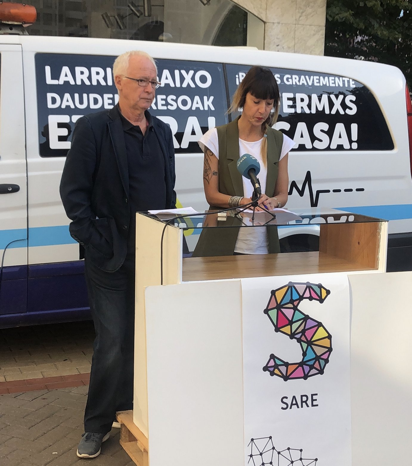 Joseba Azkarraga eta Bego Atxa Sareko eledunak gaurko agerraldian, Gasteizen.