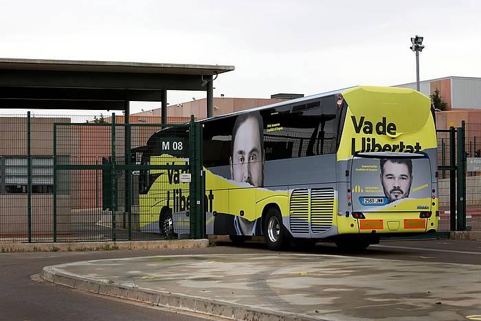 ERCren kanpainako autobusa, apirileko hauteskundetan, Lledonerseko espetxean sartzen.