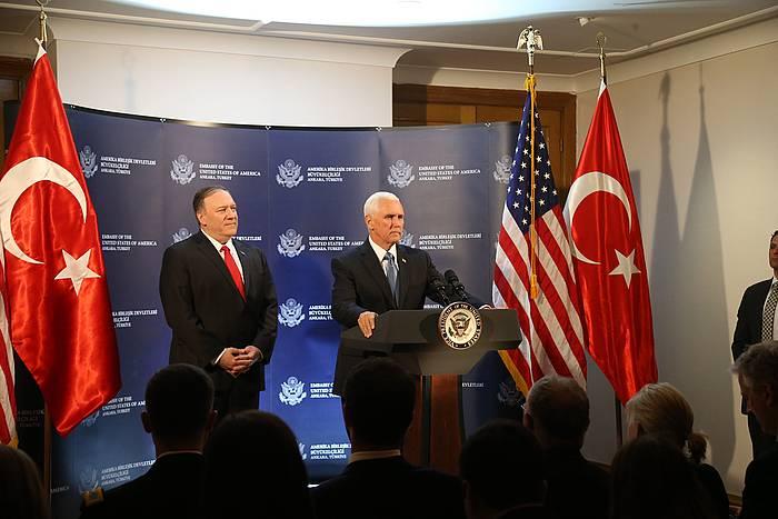 Mike Pence AEBetako presidenteordea eta Mike Pompeo AEBetako Estatu idazkaria, gaur, Ankaran egin duten agerraldian.