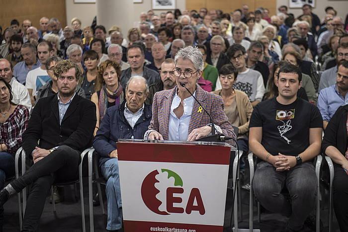 Esther Larrañaga hizketan, gaur, Donostian, EAko ildo kritikoaren agerraldian.