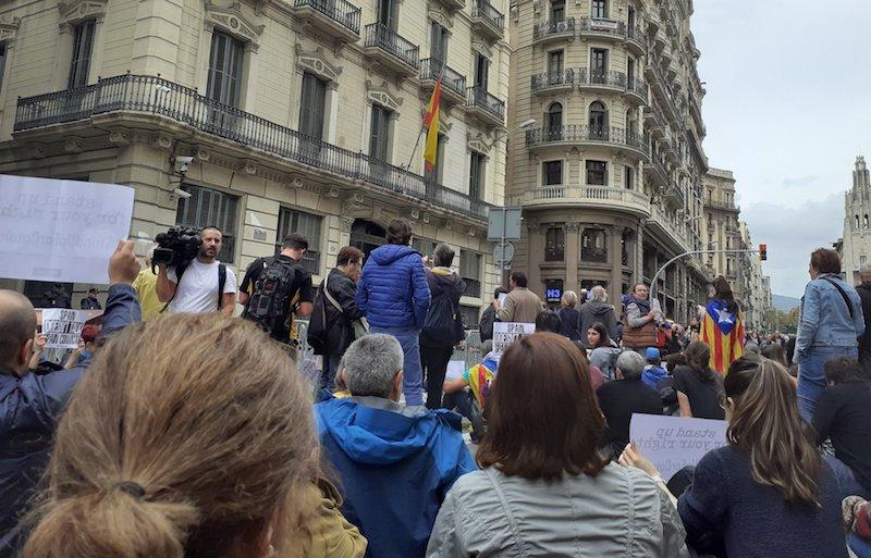 Via Laietanako kuartelaren aurrean bildu dira manifestariak. / ©@PicnicxRep