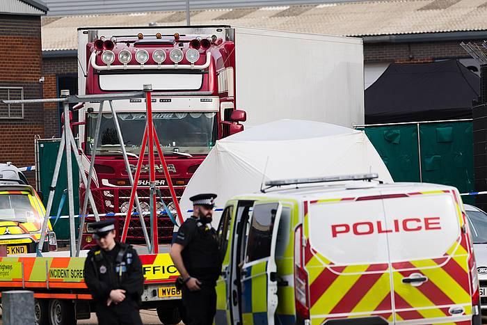 Polizia, gorpuak zeramatzan kamioia miatzen. /