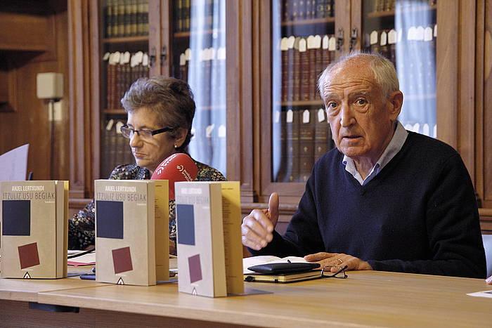 Koro Navarro itzultzailea eta Anjel Lertxundi idazlea, 'Itzuliz usu begiak' lanaren aurkezpenean, gaur goizean, Donostian. ©Maialen Andres / Foku