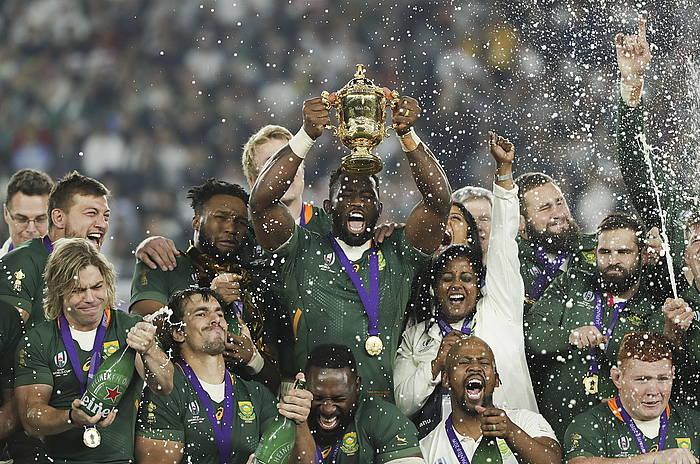 Siya Kolisi Hegoafrikako selekzioko kapitaina Munduko Kopako trofeoa altxatzen. ©MARK R. CRISTINO / EFE