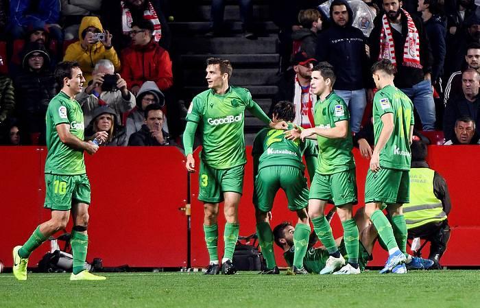 Realeko jokalariak garaipenaren gola ospatzen. ©MIGUEL ANGEL MOLINA / EFE