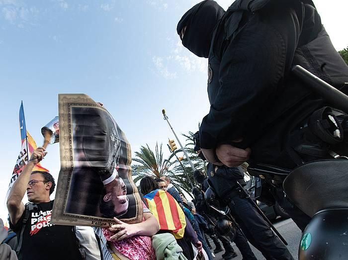 Protestari bat, Espainiako erregearen irudia buruz behera erakutsiz, Diagonal etorbidean. / ©Enric Fontcuberta, Efe
