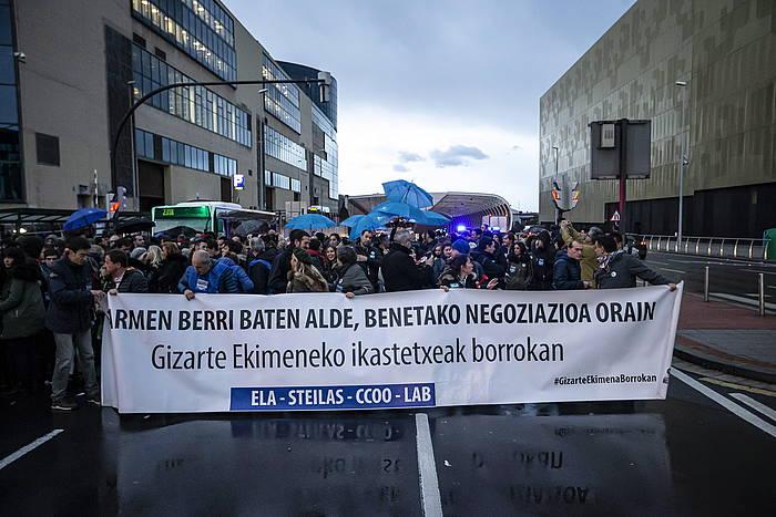 Kristau Eskolako langileen protesta, atzo, Bilbon./