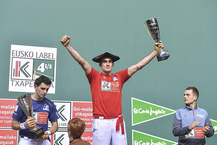Joseba Ezkurdia bere lau eta erdiko bigarren txapela soinean duela