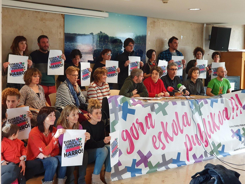 Euskal Eskola Publikoaren Aldeko Plataformako kideen agerraldia