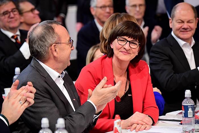 Norbert Walter-Borjans eta Saskia Esken SPDko buruzagi berriak, gaur, alderdi sozialdemokratak Berlinen egin duen kongresuan.