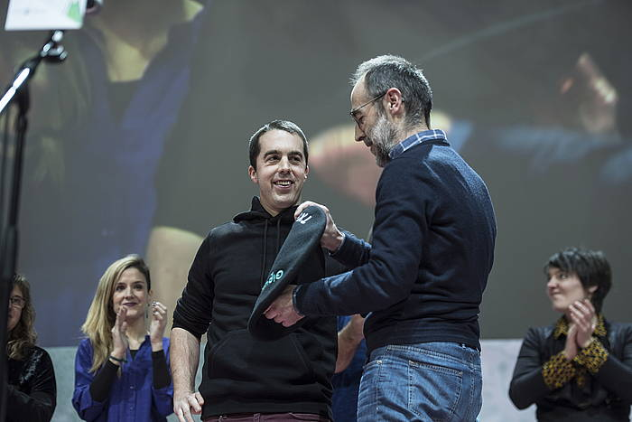 Xabier Gaztelumendi aitak Beñat semeari txapela jantzi dion momentua. ©GORKA RUBIO / FOKU