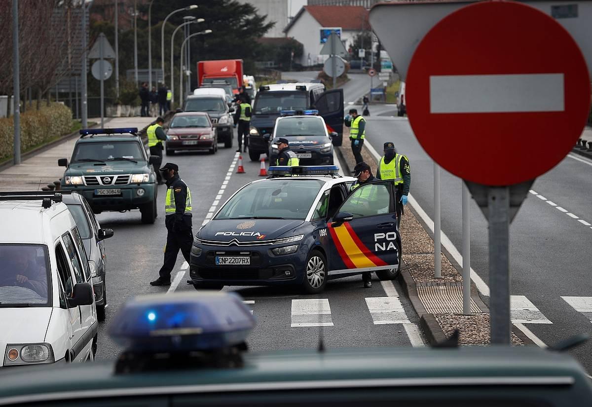 Polizien kontrolak Irun eta Hendaia artean, gaur goizean. ©JAVIER ETXEZARRETA / EFE