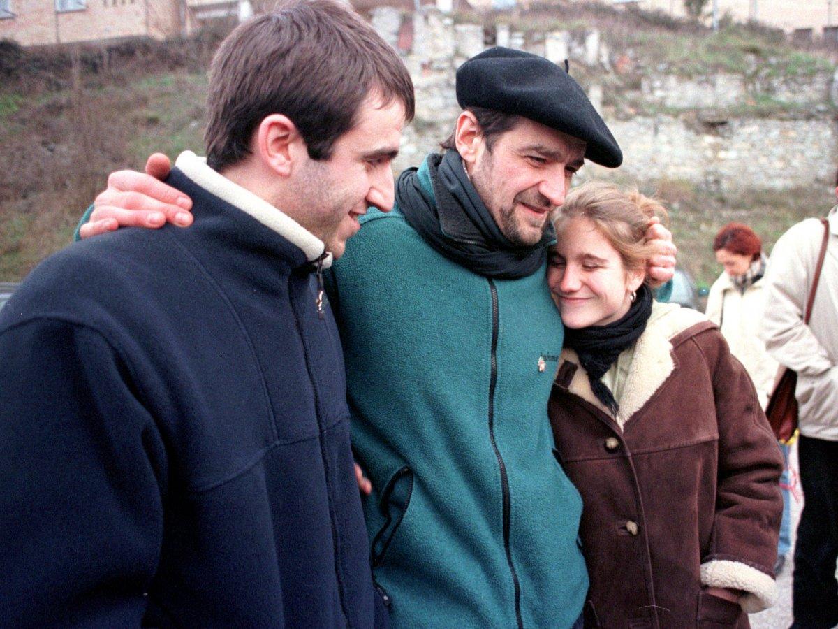 Josu Urrutikoetxea -erdian-, 2000ko urtarrilaren 14an, Langraizko (Araba) espetxe atarian, Egoitz semearekin eta Irati alabarekin, ©Miren Saez, Foku
