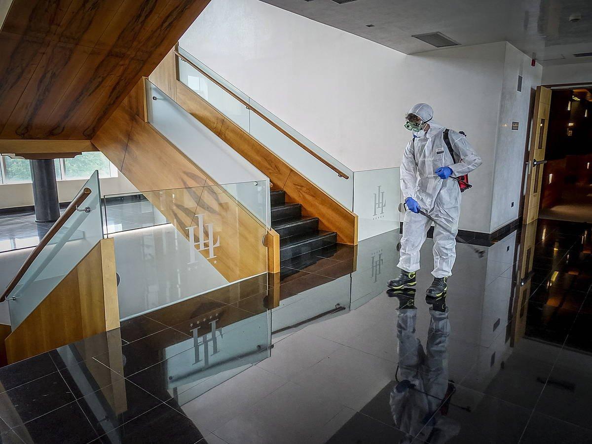 Langile bat Gasteizko Lakua Hotela desinfektatzen atzo. ©Jaizki Fontaneda / Foku