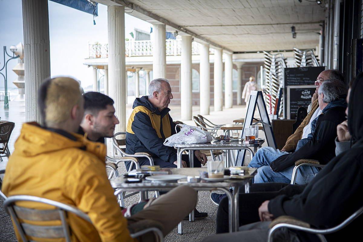 Zarauzko malekoian, talde bat terraza batean. ©Gorka Rubio / Foku