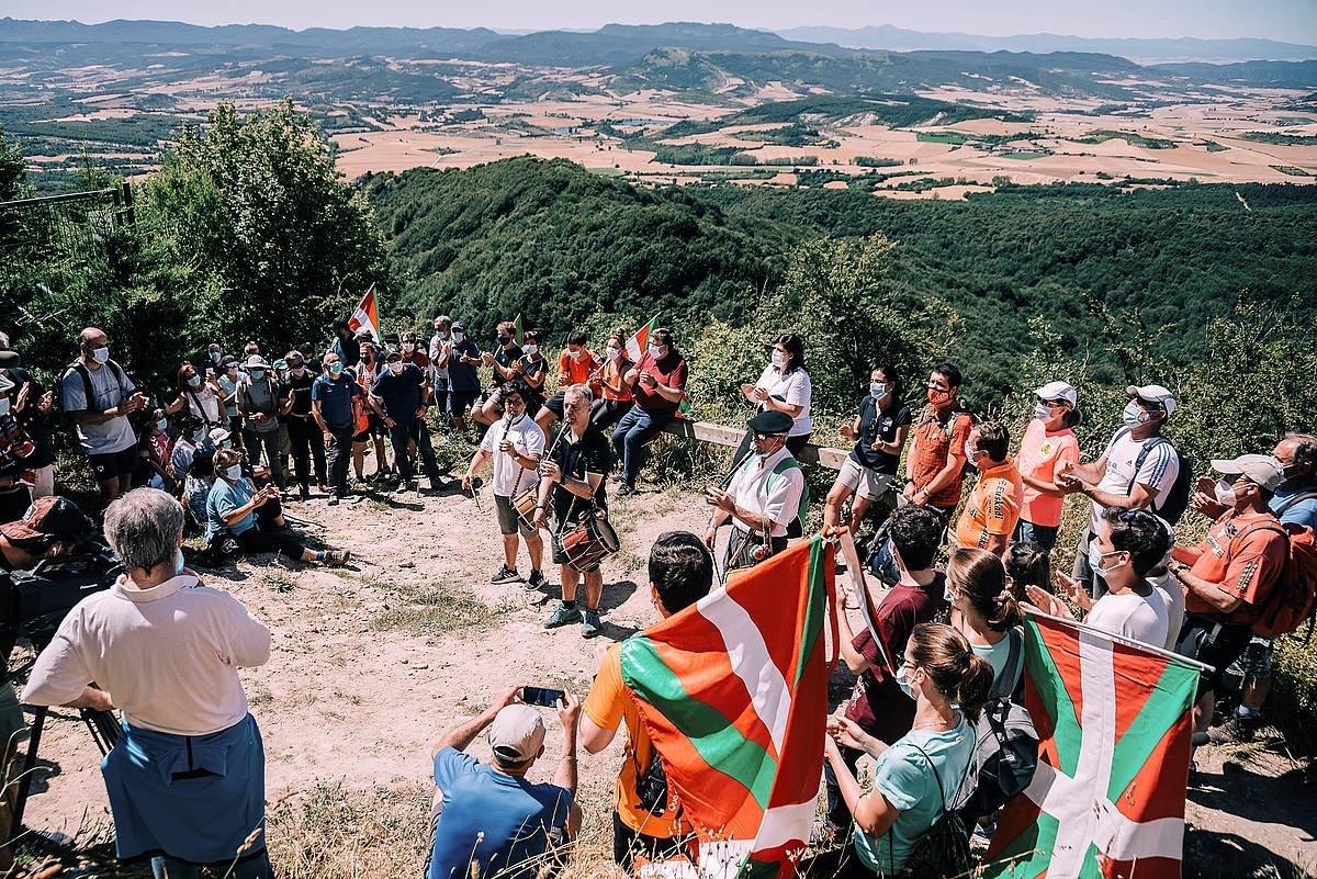 Iñigo Urkullu EAJren lehendakarigaia, txistua jotzen, Zaldiaran mendian egin duen kanpainako ekitaldian. ©Jon Rodriguez Bilbao / Efe