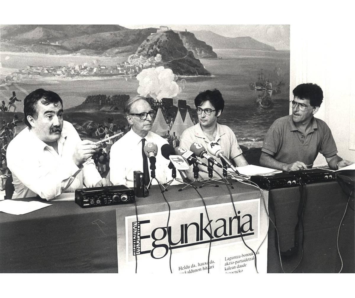 'Egunkaria' aurkezteko agerraldia, 1990ean: Joxemi Zumalabe, Martin Ugalde, Iñaki Uria eta Joan Mari Torrealdai ©EGUNKARIA