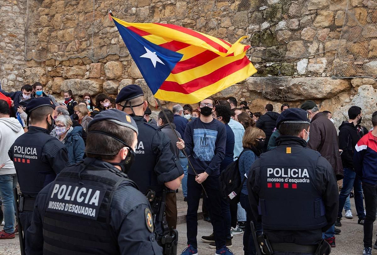 Voxen ekitaldi baten aurkako protesta, Tarragonan (Katalunia), joan den asteburuan. Parean, Mossoak. ©Enric Fontcuberta / EFE