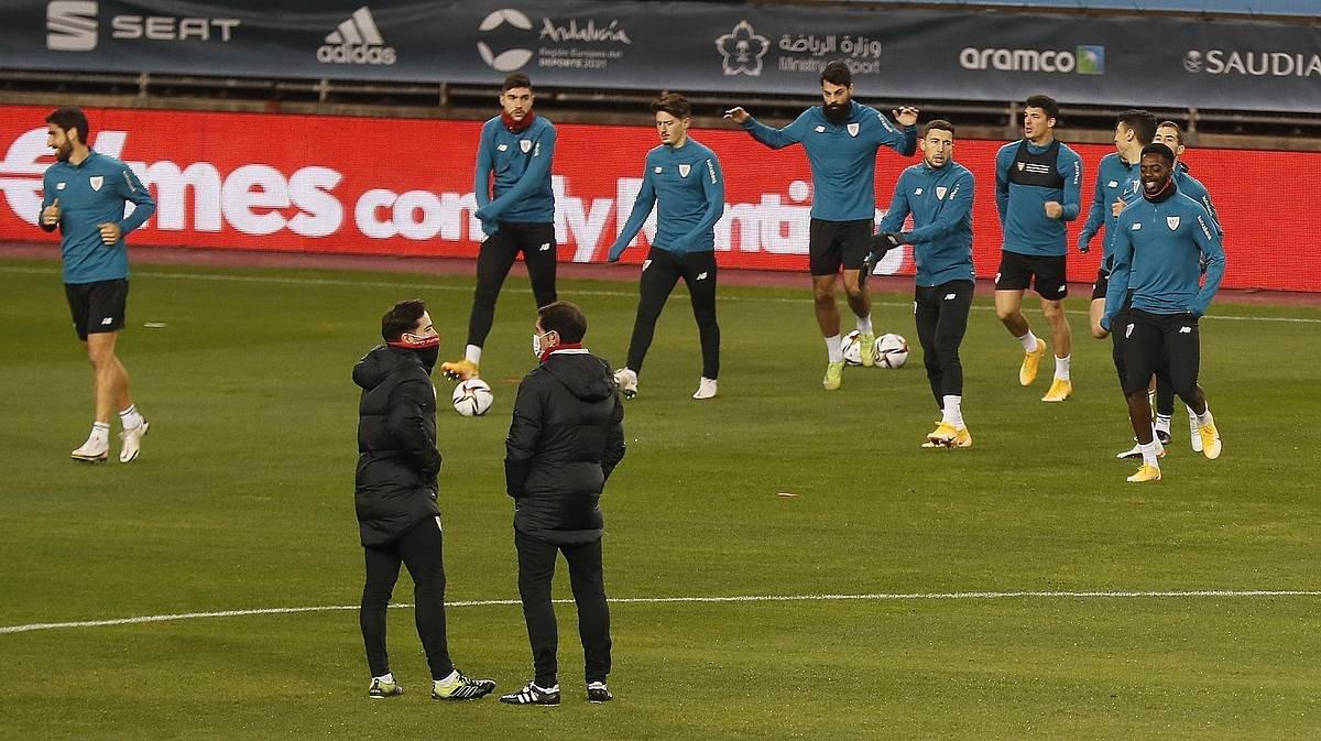 Athleticeko jokalariak, urtarrilean, Cartuja estadioan entrenatzen, Espainiako Superkopako finalaren atarian. / ©Jose Manuel Vidal, EFE