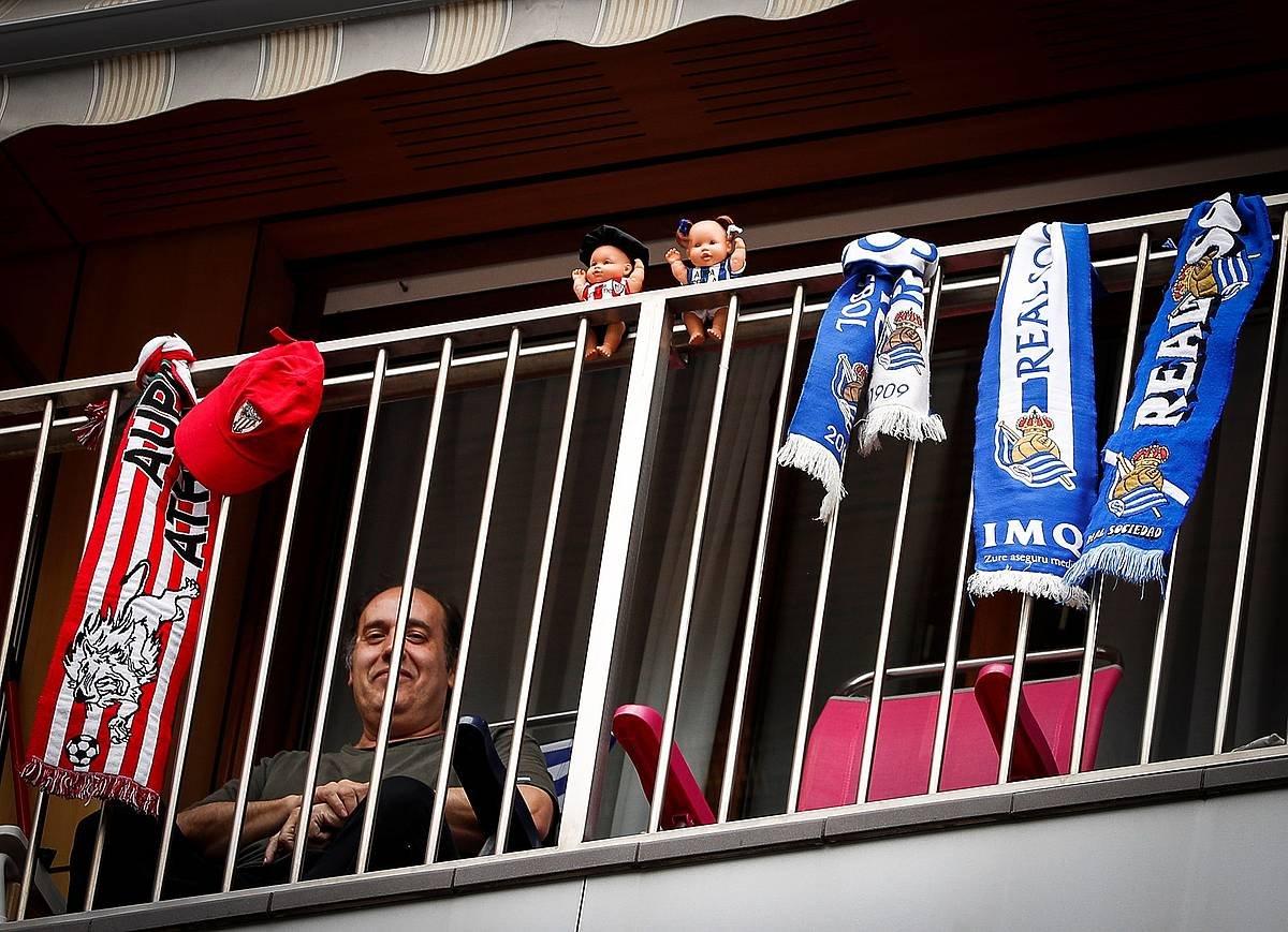 Athleticeko eta Realeko ikurrak balkoi batean, iaz. ©Javier Etxezarreta / Efe
