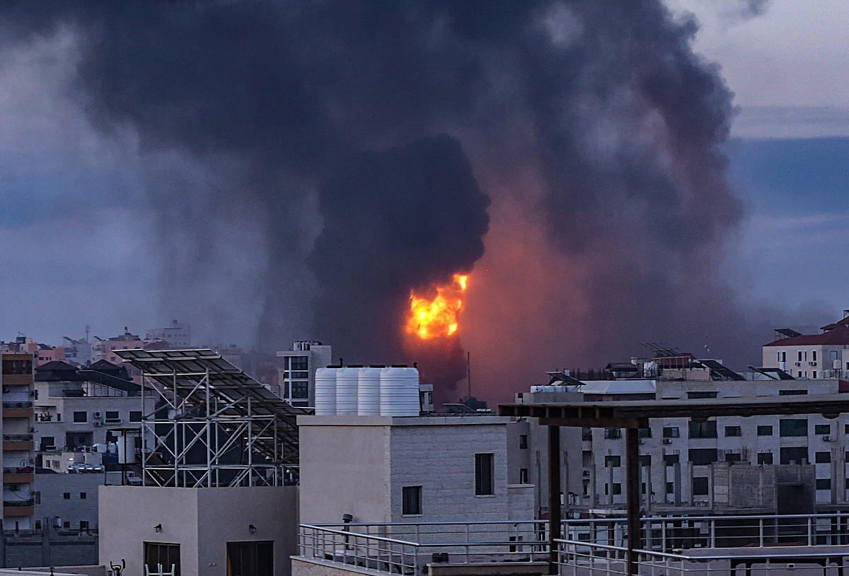 Sua eta kea Gazan, bart, Israelgo Armadaren bonbardaketen ondorioz. ©Haitham Imad / EFE