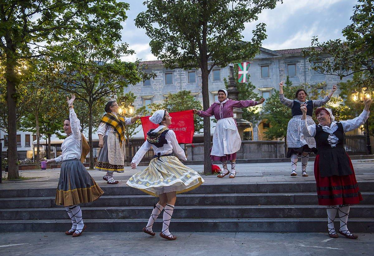 Dantzari talde bat, iaz, Urduñan, Otxomaio jaien hasieran.