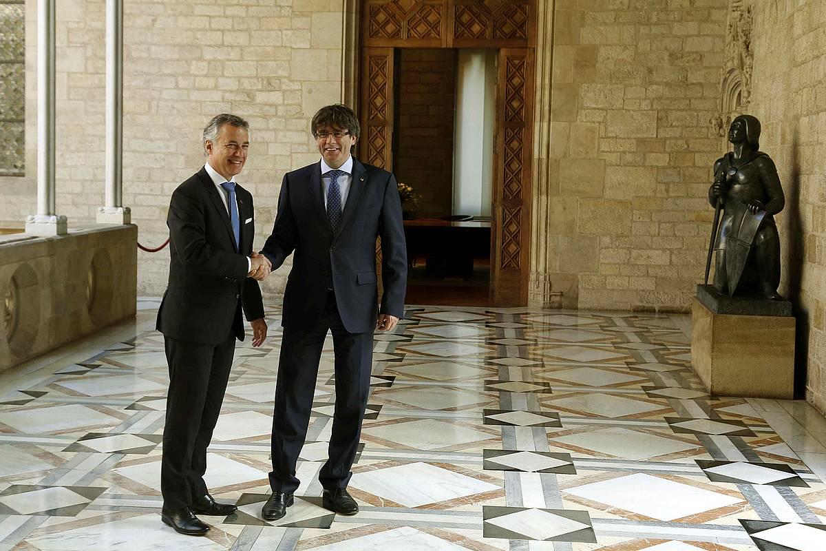 Urkullu eta Puigdemont, 2017ko ekainaren 19an, Generalitatearen egoitzan. Egun horretan izan zuten lehen bilera Kataluniako egoera aztertzeko