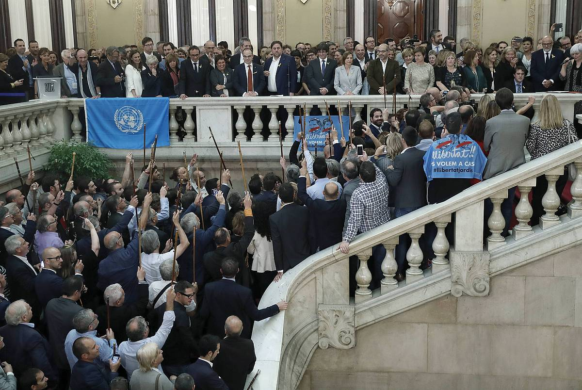 Generalitateko kideak, diputatuak eta alkateak, Kataluniako Parlamentuko eskaileretan, independentzia deklarazioa jasotzen zuen testua bozkatu ostean