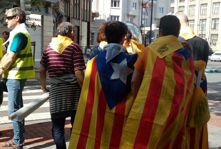 Kataluniako banderak Gure Esku Dago-ren giza katean, elkartasun kilometroan, Bilbon.