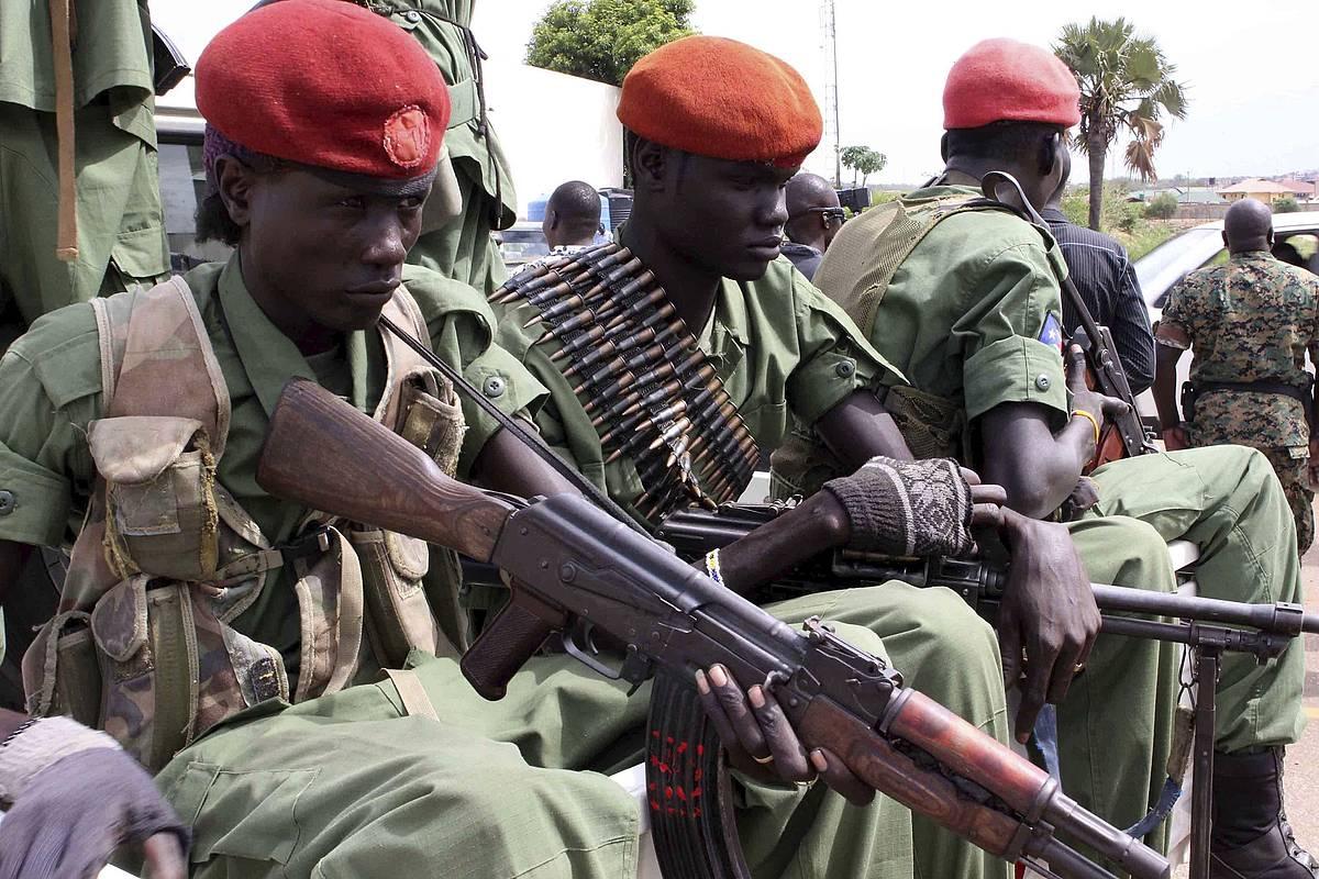 Hego Sudango presidenteorde Riek Macharren aldeko indarrak, nuer etniakoak, Yuba hiriburuan. Phillip Dhil / EFE