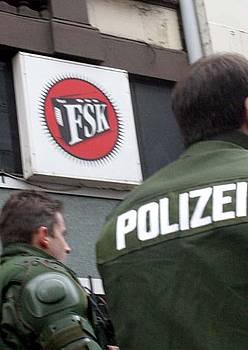 Polizia, FSK irratiaren kontrako operazioa egiten, 2003an. ©INDYMEDIA